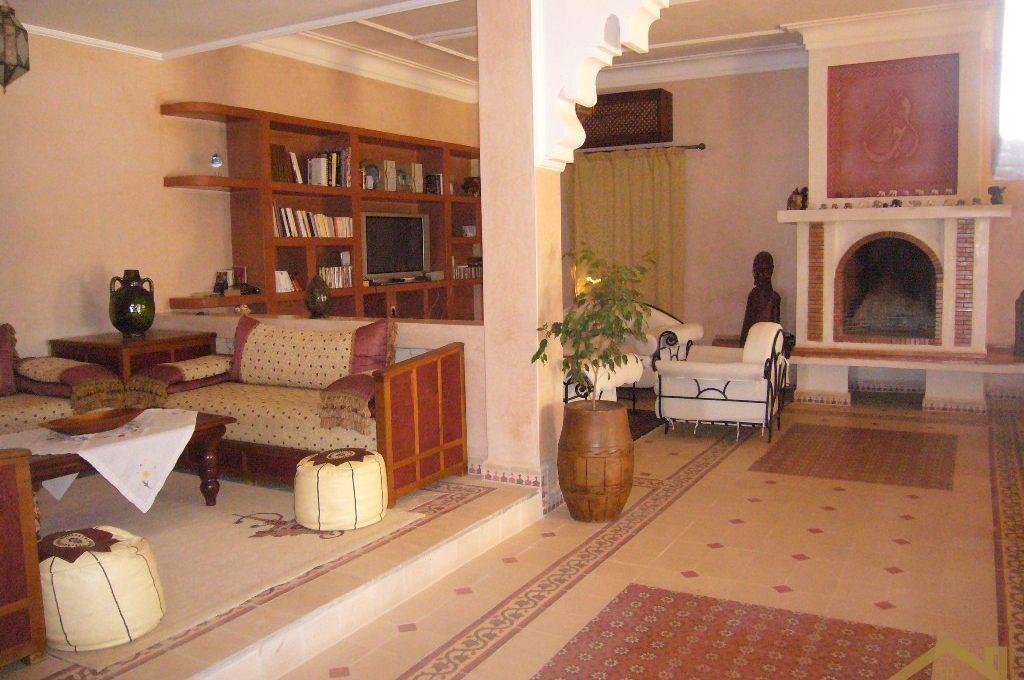 Salon séjour avec grande cheminée