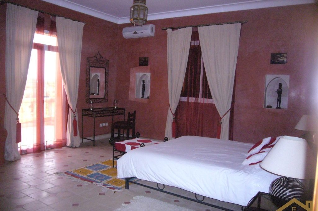 Chambre rouge avec grande terrasse côté Atlas